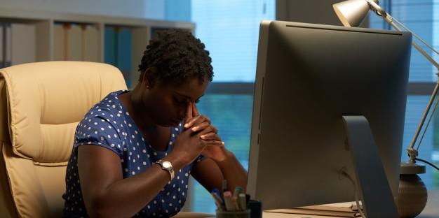 Mujer computadora depresión
