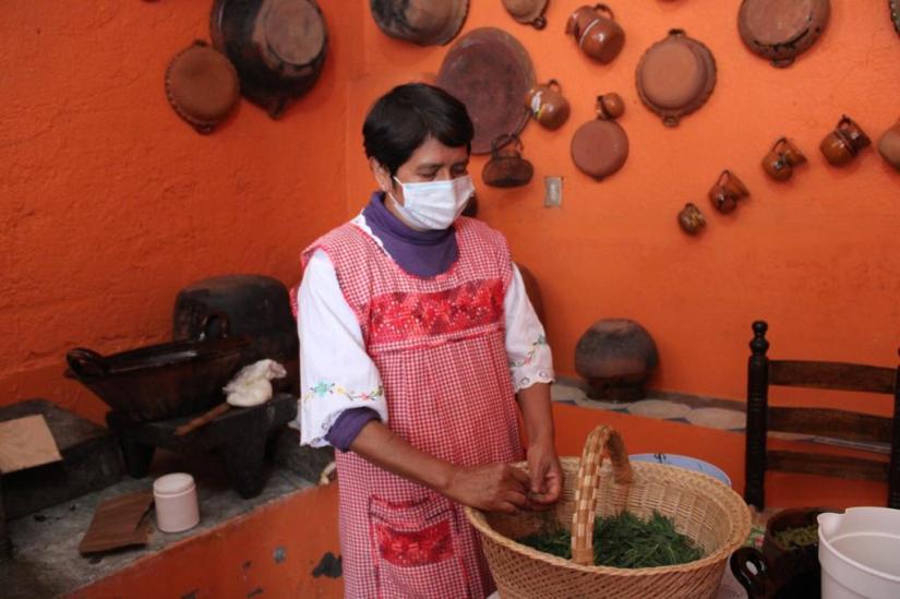 Mujer prepara alimentos